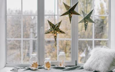 Świąteczne ozdoby okien i parapetów